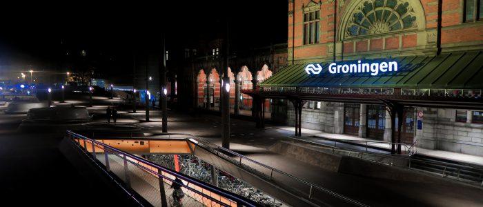 Gemeente Groningen kondigt nieuwe voorwaarden voor deelscooters aan: niet 's nachts, altijd beschikbaar bij stations